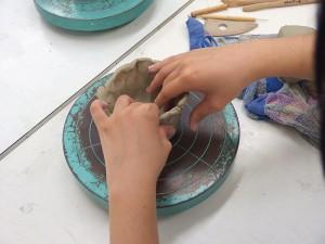 手ロクロを使ってお椀の制作